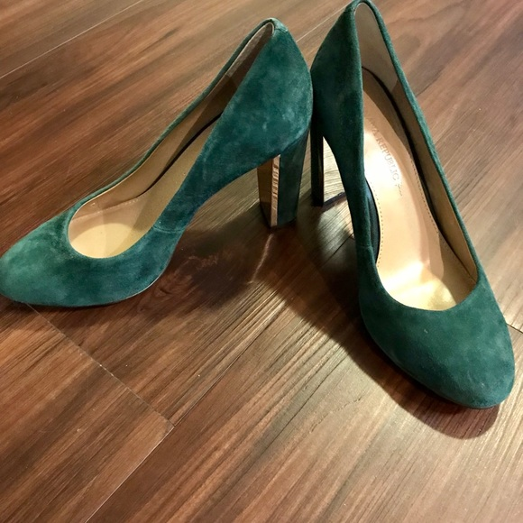b9c26db27975 Banana Republic Shoes - Banana Republic green suede pumps with gold heels!